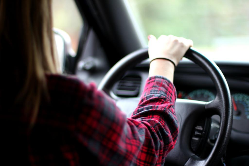 Картинки за рулем девушка